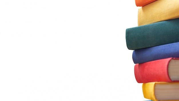 Pile de livres de couleurs vives, saturées et riches sur fond blanc. isolé. education et retour au concept d'école.