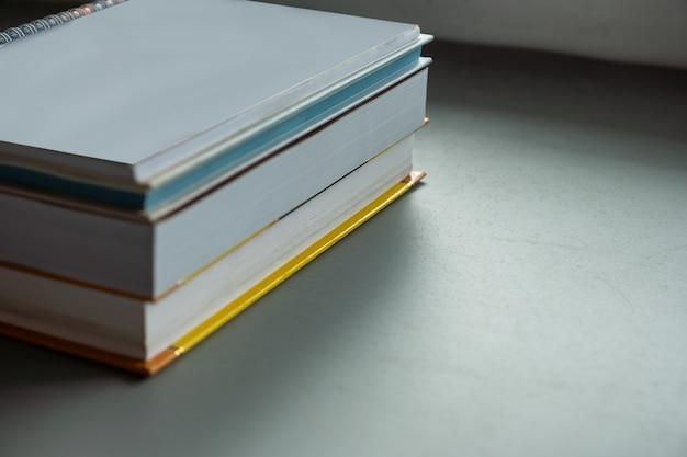 Pile de livres de couleurs