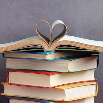 Pile de livres à couverture rigide épaisse pages en forme de coeur manuels d'éducation en couleurs couvertures aiment lire
