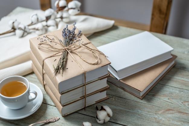 Pile de livres avec des couvertures en papier craft enveloppé dans une corde et décoré de fleurs de lavande