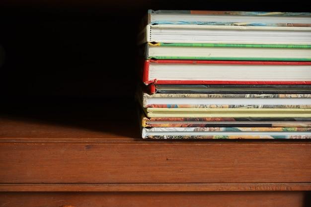 Pile de livres dans une armoire en bois avec espace vide pour le texte