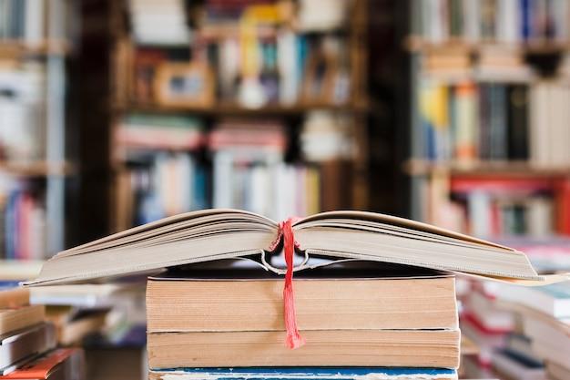 Pile de livres dans une librairie