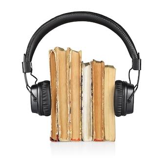 Pile de livres et écouteurs isolé sur blanc