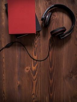 Pile de livres avec des écouteurs