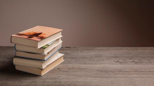 Une pile de livres et de l'espace à droite