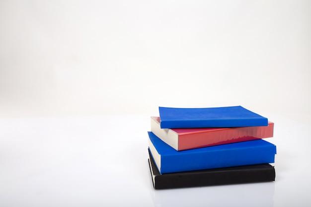 Une pile de livres sur un fond blanc.