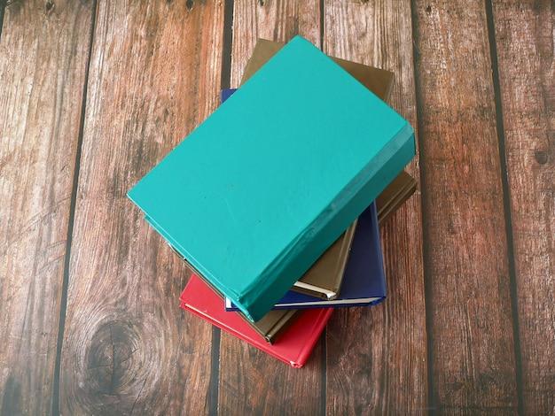 Pile de livres sur fond de bois, gros plan