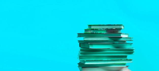 Une pile de livres isolés avec un espace de copie, un apprentissage de la sagesse des connaissances à l'école