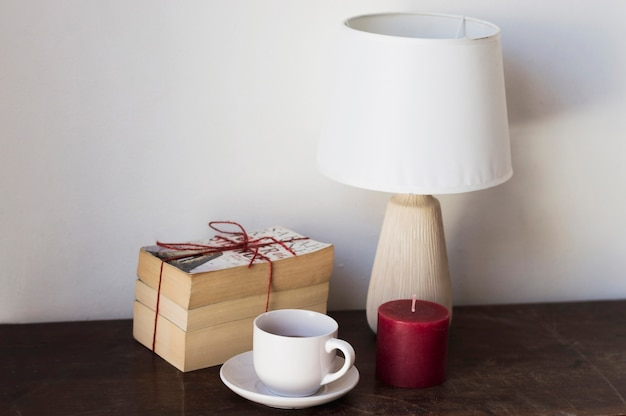 Pile de livres lampe et bougie