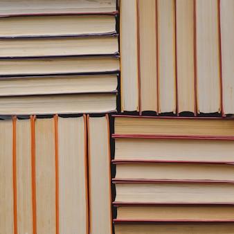 Pile de livres orange papier vintage à couverture rigide. liste de lecture d'automne.