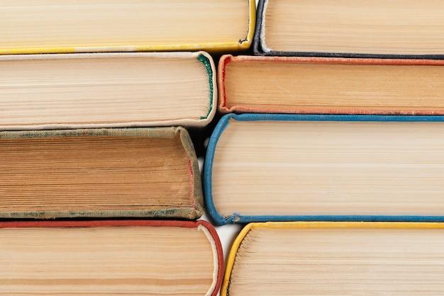 Pile de livres avec des pages