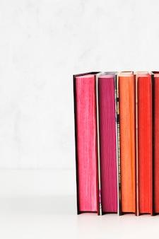 Pile de livres avec pile de couleurs sur la table blanche. espace de copie