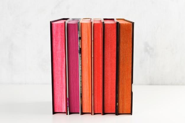 Pile de livres avec pile de couleurs