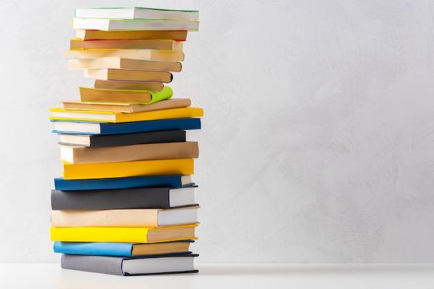 Pile de livres de poche sur une table