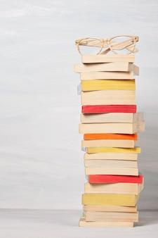 Pile de livres de poche.