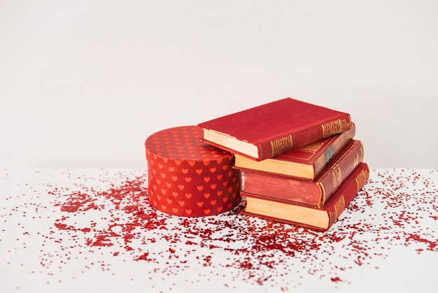 Pile de livres près de présent sur la table