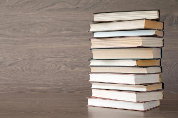Pile de livres sur la table en bois