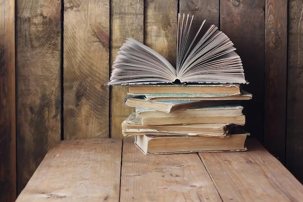 La pile de livres sur la table. nature morte avec des livres.