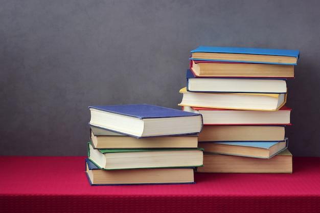 Pile de livres sur une table