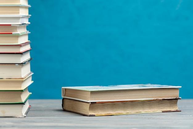 Pile de livres vue de face avec espace de copie