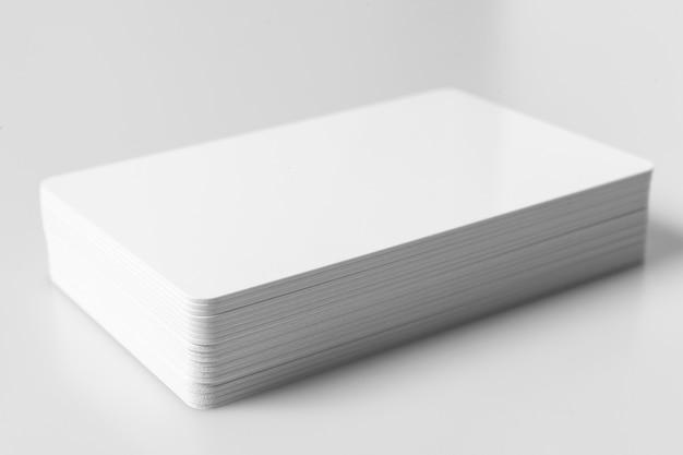 Pile de maquette de cartes de crédit vierge blanc sur fond blanc.