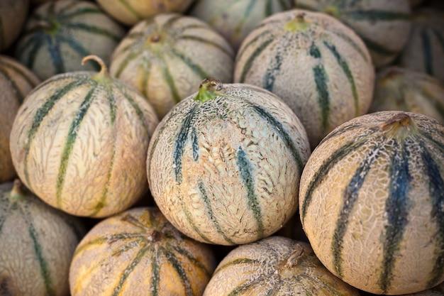 Pile de melons frais mûrs dans un marché de producteurs