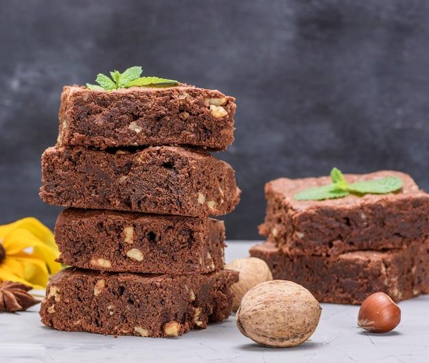 Pile de morceaux carrés cuits de tarte au chocolat brownie aux noix