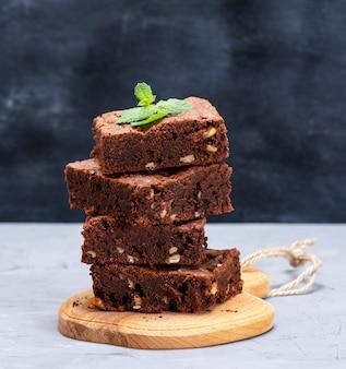 Pile de morceaux carrés de tarte au brownie