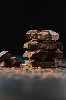 Pile de morceaux de chocolat noir sur noir.