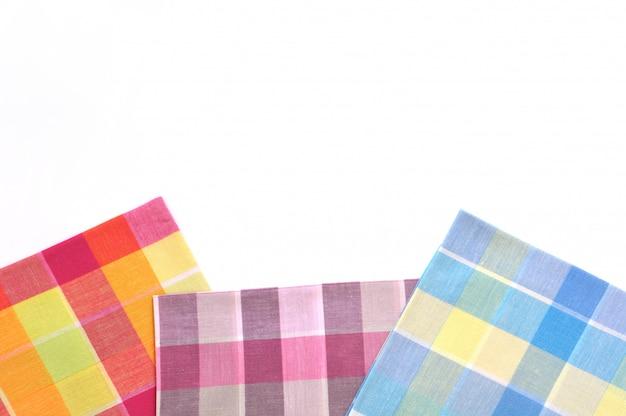 Pile de mouchoirs pliés isolé sur fond blanc
