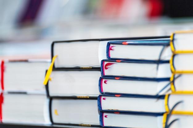 Pile de nouveaux livres sur la table. livres sur le forum des fabricants de produits imprimés.