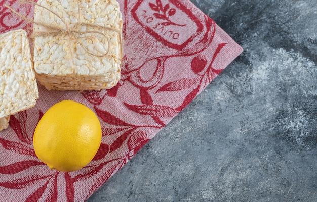 Pile de pain croustillant et de citron sur du marbre.