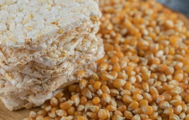 Pile de pain croustillant savoureux et de grains crus sur floue.