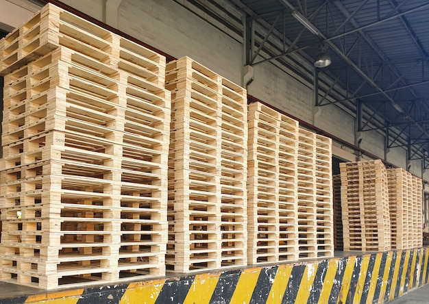 Pile de palettes en bois à l'entrepôt.