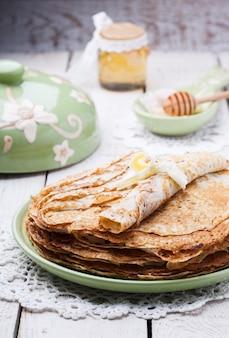 Pile de pancakes au miel