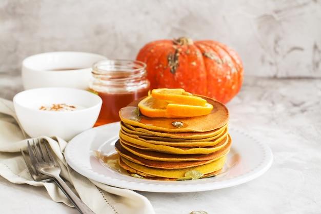 Pile de pancakes à la citrouille épicée
