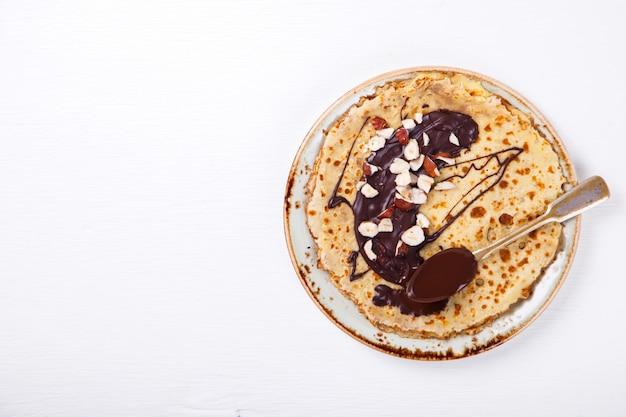 Pile de pancakes minces au chocolat