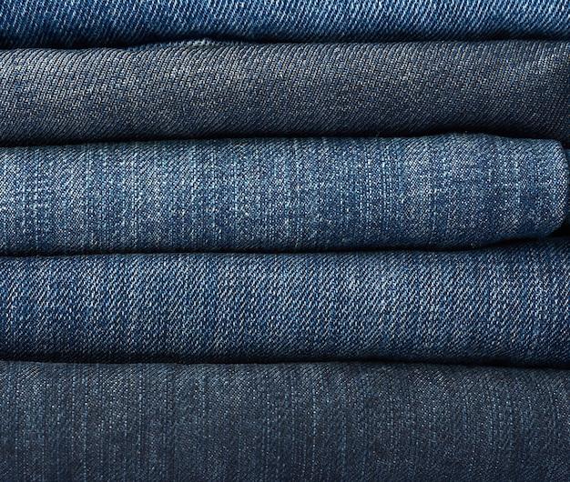 Pile de pantalon bleu jeans plié, plein cadre