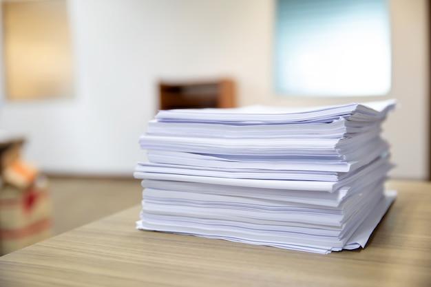 Pile d'un papier sur le bureau empilé.