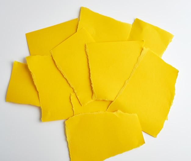 Pile de papier jaune déchiré morceaux de papier