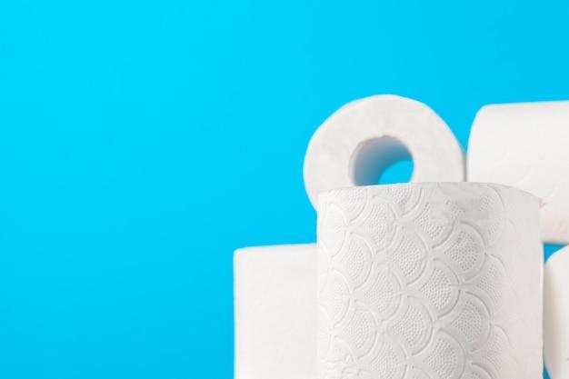 Pile de papier toilette bleu vif