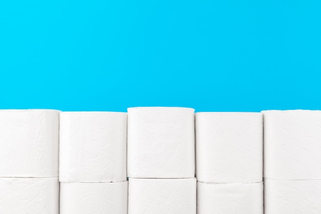 Pile de papier toilette sur fond bleu clair