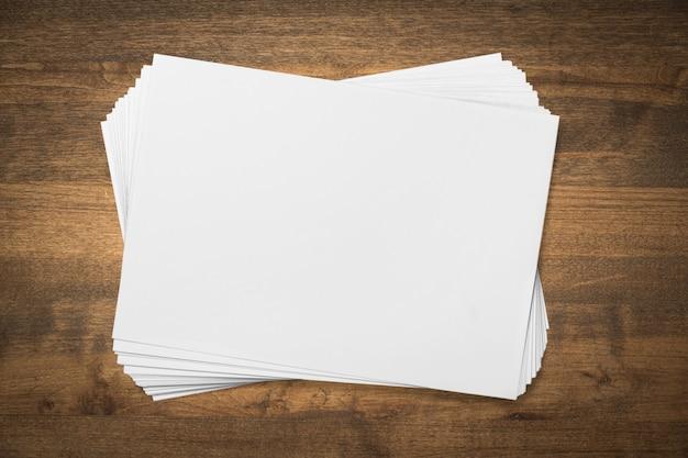 Pile de papier vierge sur table en bois