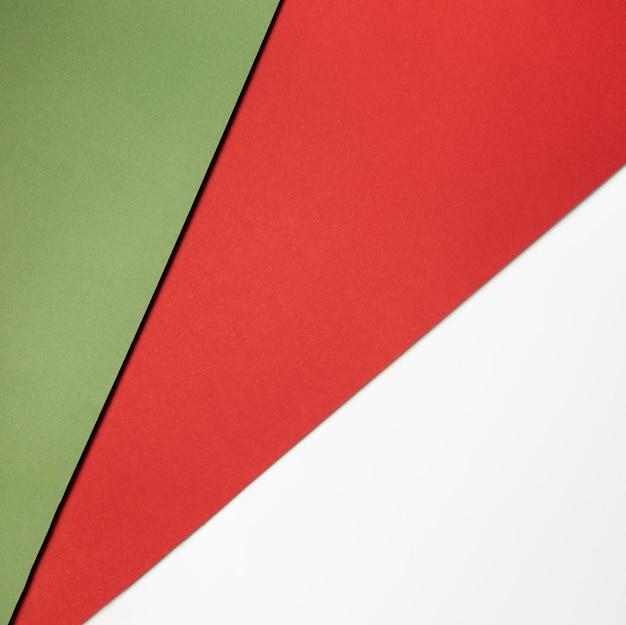 Pile de papiers colorés à plat