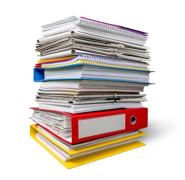 Pile de papiers isolé sur fond