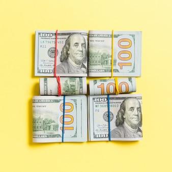 Pile de paquets de billets en dollars américains. billets de cent dollars avec pile d'argent au milieu. vue de dessus des affaires avec la surface