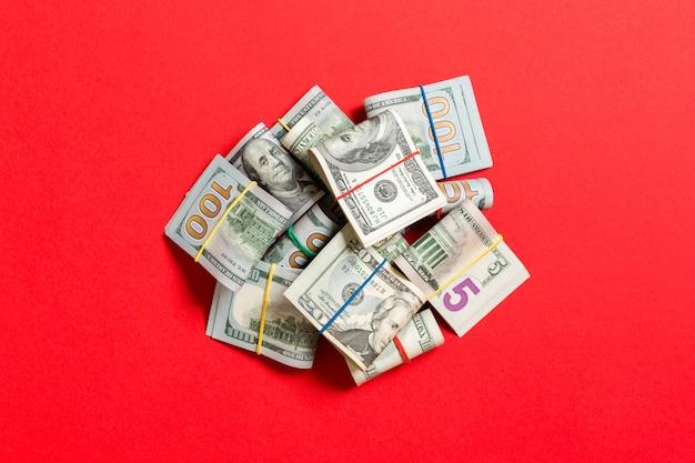 Pile de paquets de billets en dollars américains. billets de cent dollars avec pile d'argent au milieu.