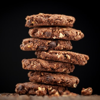 Pile de pépites de chocolat et de biscuits de repas de chêne sur la texture du bois naturel
