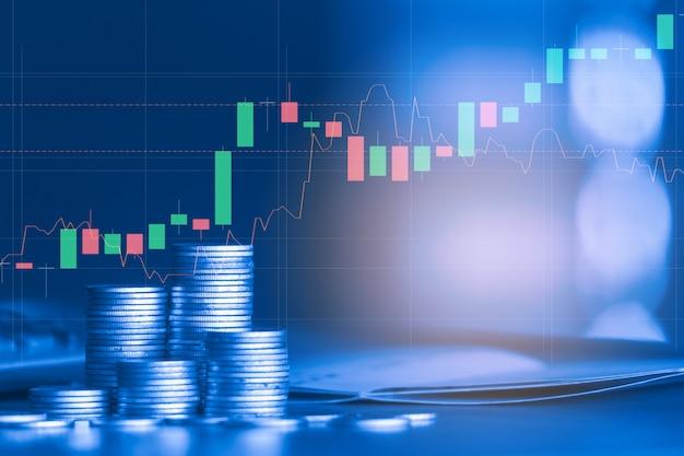 Pile de pièce en argent avec graphique commercial, concept d'investissement financier