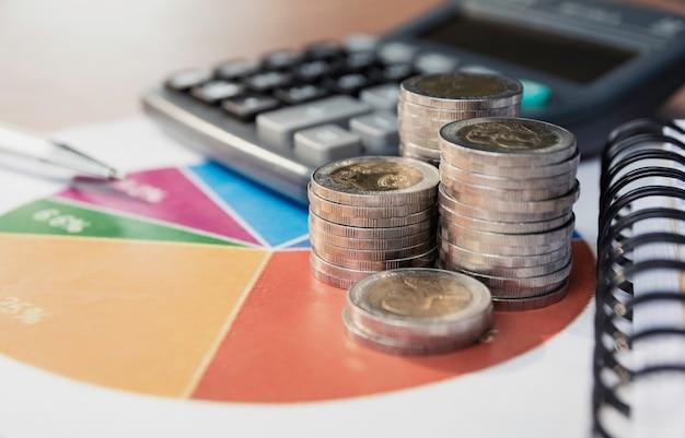 Pile de pièces d'argent et calculatrice avec espace de copie